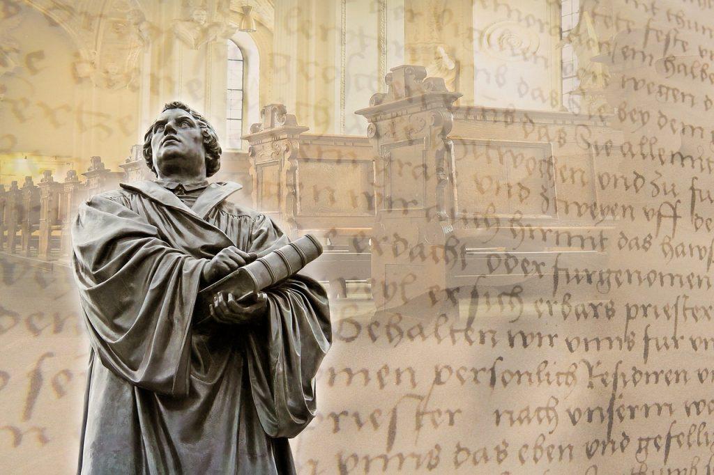 Martin Luther mit der Bibel in der Hand vor alten Schriftzeichen und Bänken eines Gotteshauses