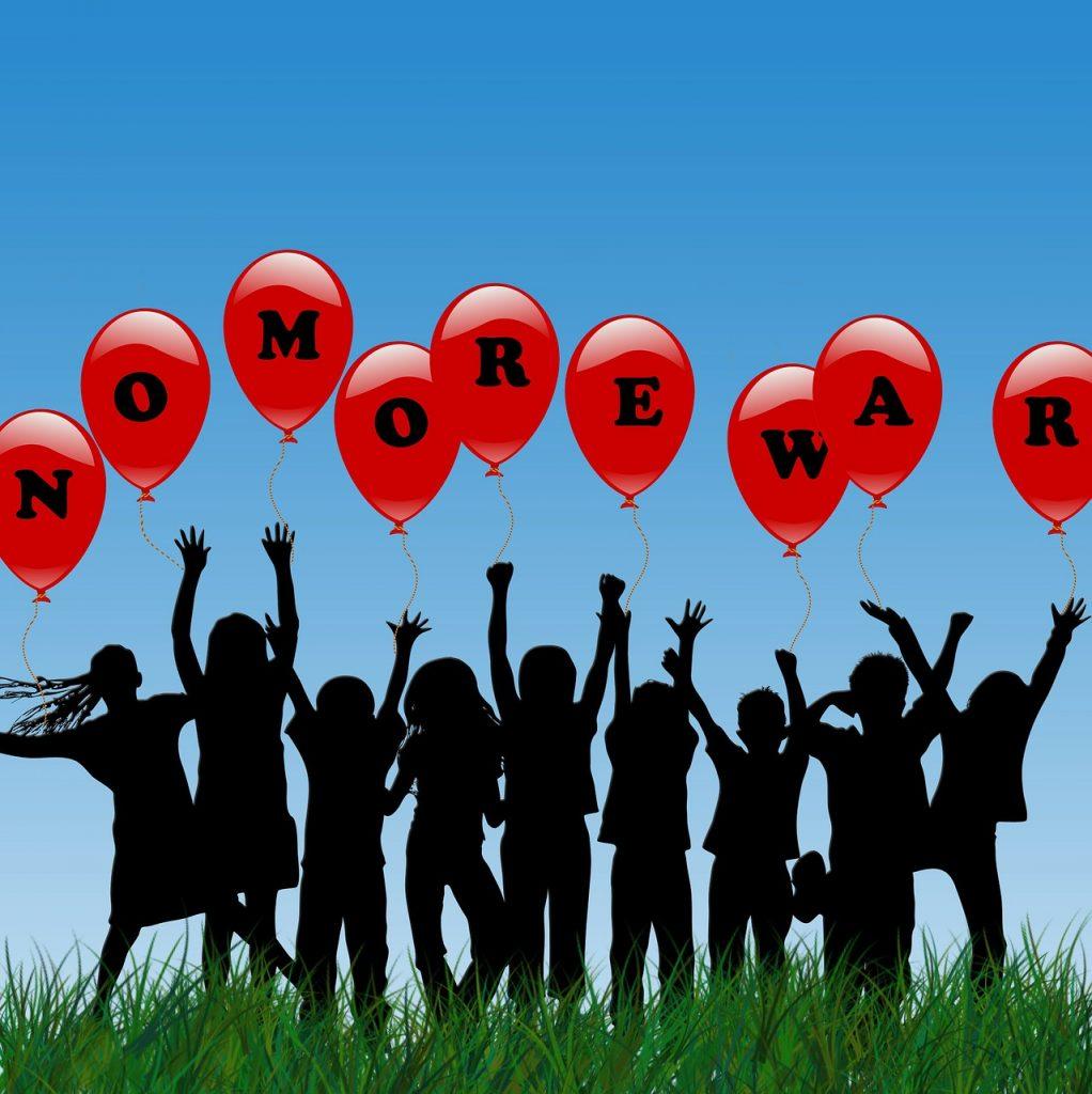 """Menschensilhouetten mit Luftballons, auf denen steht: """"No more war"""" - """"Nie wieder Krieg"""""""