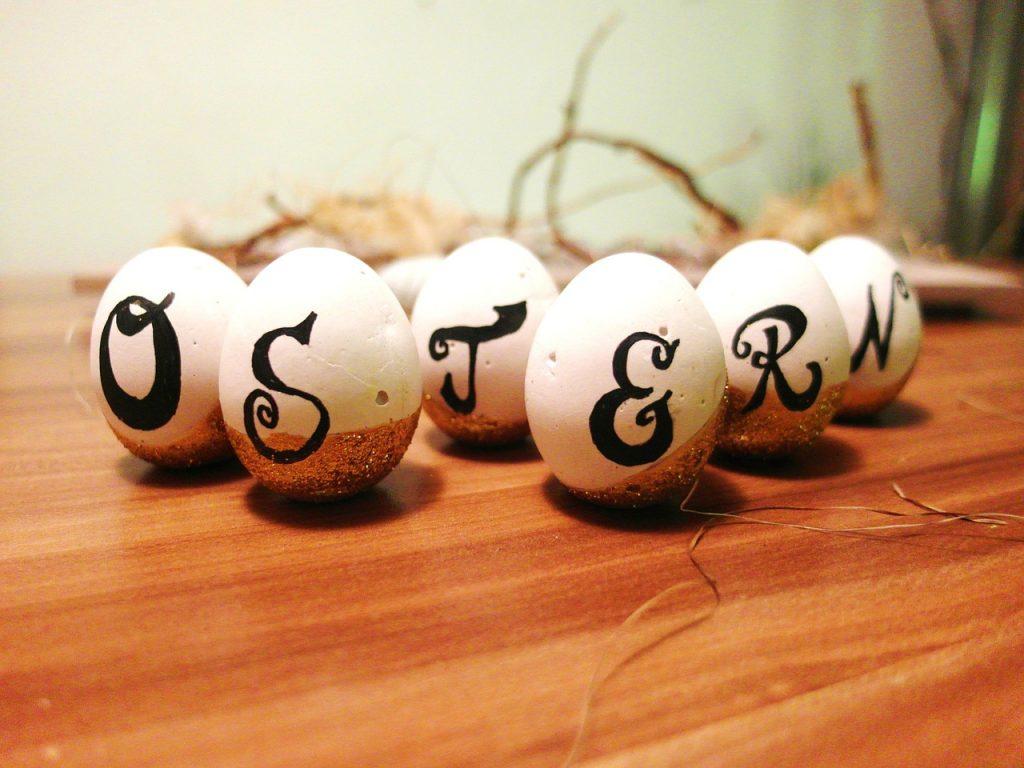 Ostereier mit Buchstaben, die das Wort Ostern bilden.