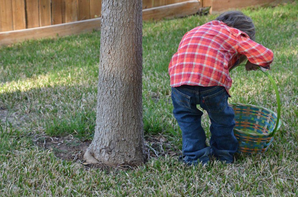 Ein Kind auf Ostereiersuche