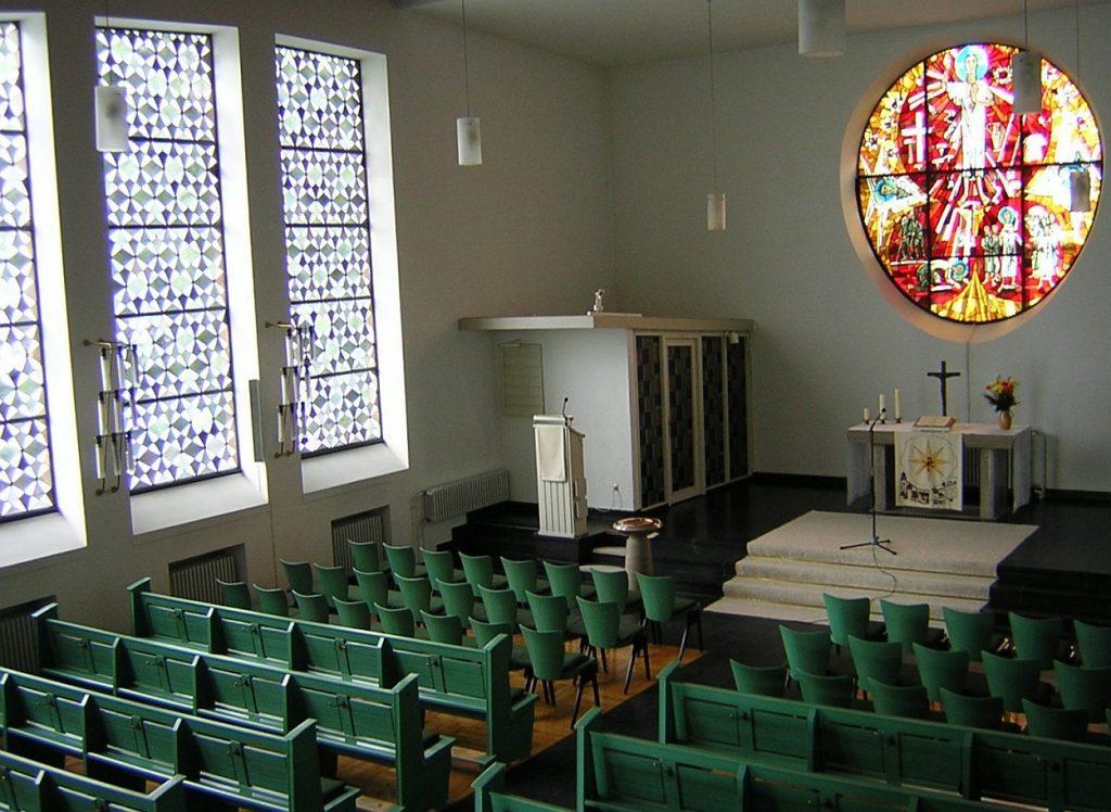 Der Innenraum der Pauluskirche mit dem leuchtenden Altarfenster