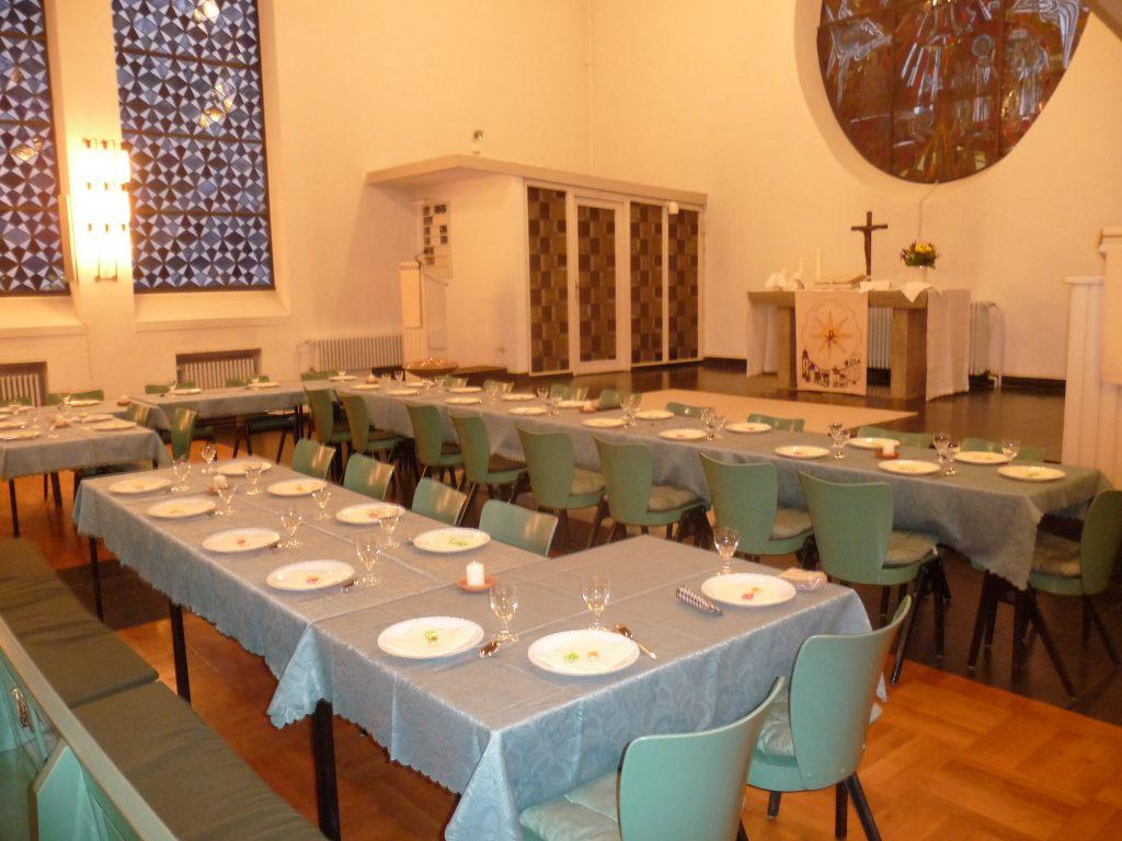 Gedeckte Tische zum Abendmahl vor den Altarstufen der evangelischen Pauluskirche Gießen