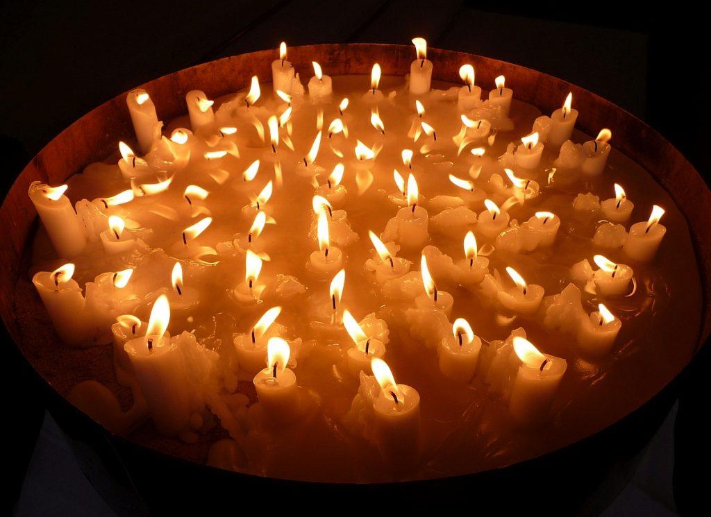 Kerzen für Verstorbene des vergangenen Kirchenjahrs in der Paulusgemeinde