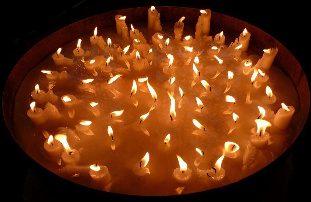 Am Totensonntag heruntergebrannte Kerzen in der Pauluskirche
