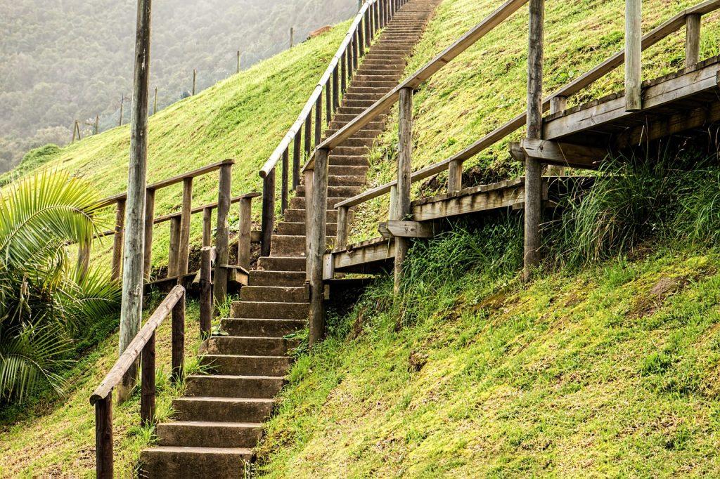 Eine Treppenkreuzung am Berghang