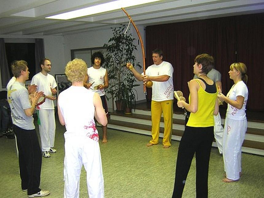 Das Foto zeigt die Capoeira-Gruppe bei einem ihrer Treffen am Donnerstag im Gemeindesaal