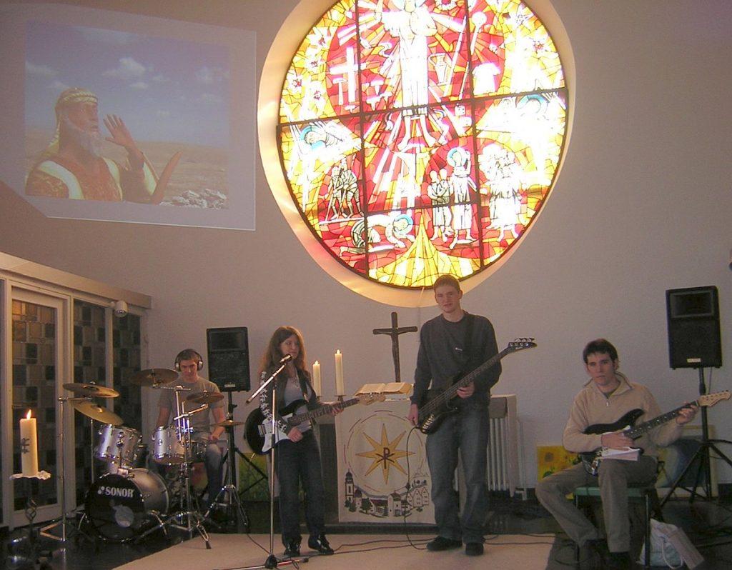 """Jugendband und Bild """"Abrahams Aufbruch"""" oben an der Wand"""