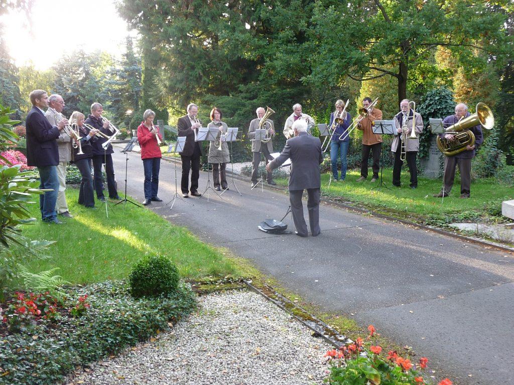 Der Bläserkreis begleitet den Gesang der Gemeinde