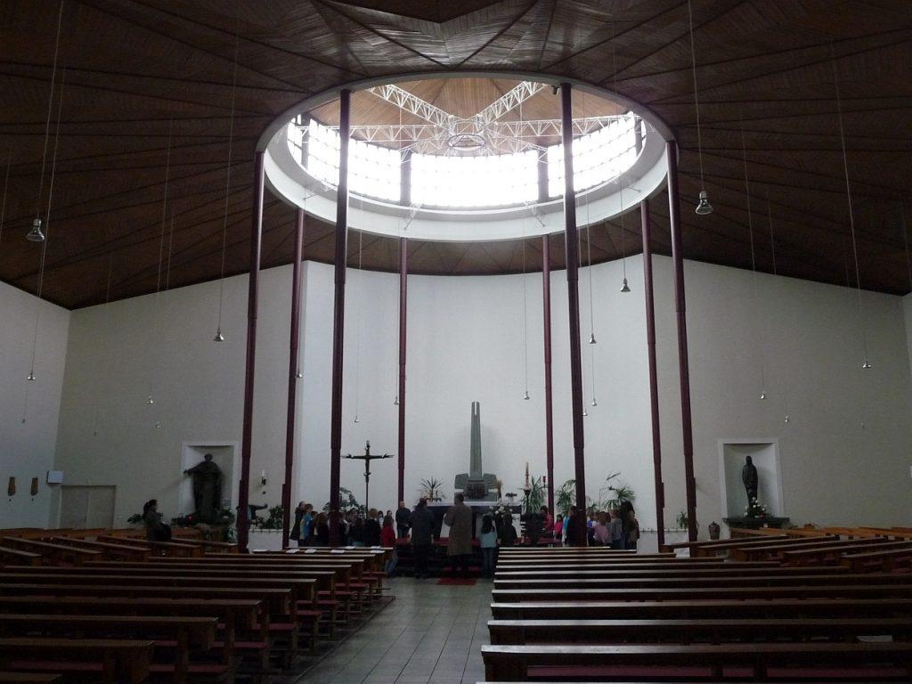 Der Innenraum der katholischen Kirche St. Albertus in Gießen