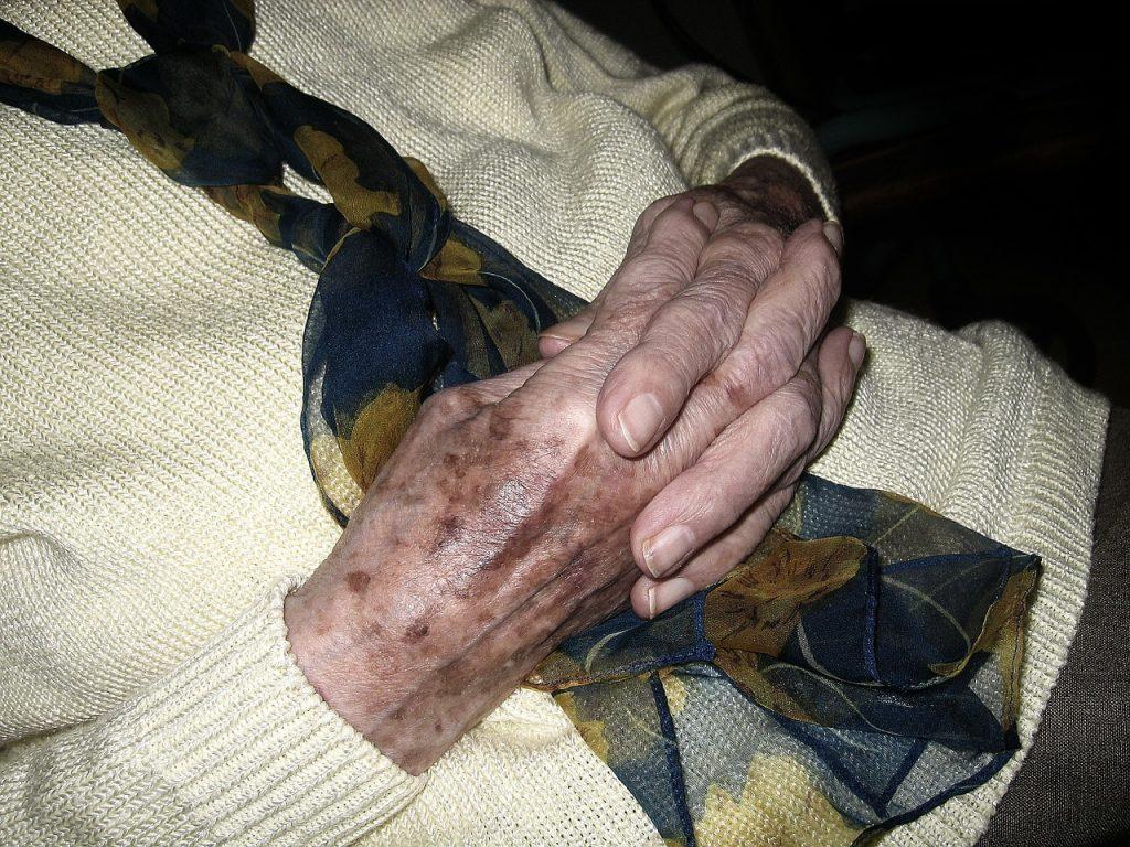 Die zum Gebet gefalteten Hände einer alten Frau