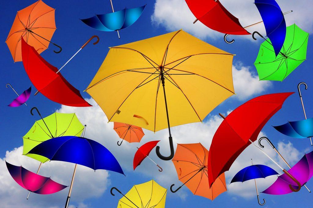 Sonnen- oder Regenschirme vor blauem Himmel