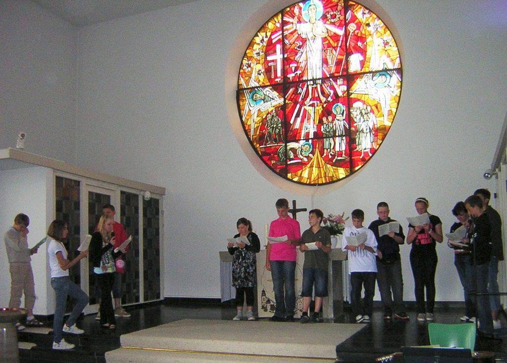 In ihrem Einführungsgottesdienst beteiligten sich die Paulus-Konfis mit Spiel-Szenen zum Thema Dankbarkeit