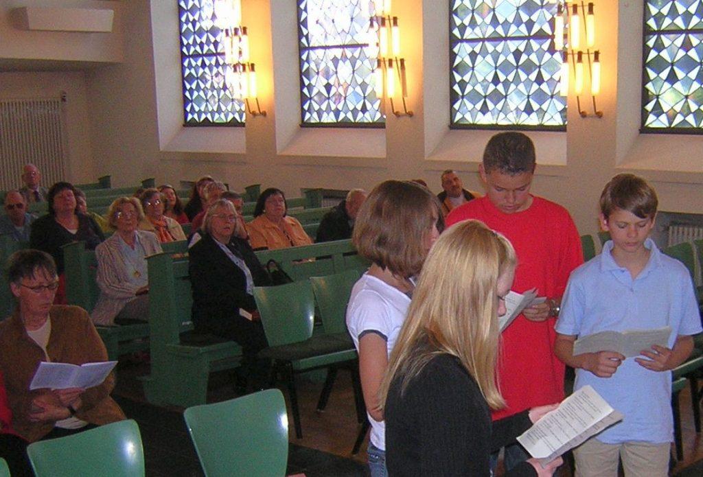 Einzug Jesu mit Jünger/innen durch den Mittelgang der Kirche