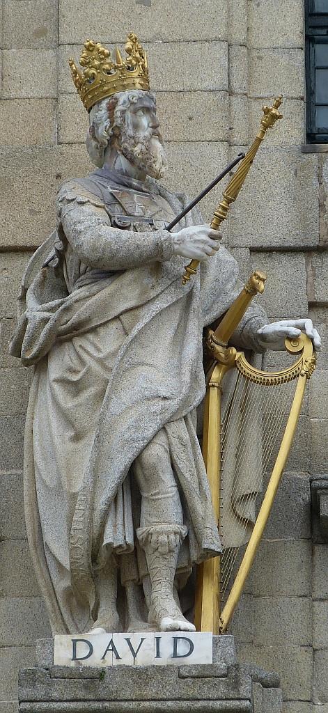 Skulptur von König David mit goldener Krone und goldener Harfe