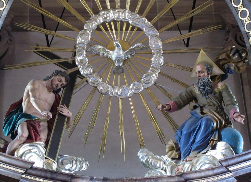 Die Dreifaltigkeit mit Jesus, dem Heiligen Geist als Taube und Gottvater als älterem Mann mit Bart in einer Kirche St. Michel in Frankreich