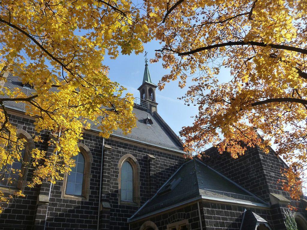 Die Kapelle auf dem Neuen Friedhof Gießen im Herbst