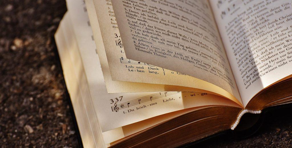 Das Evangelische Kirchengesangbuch, an irgendeiner Stelle aufgeschlagen