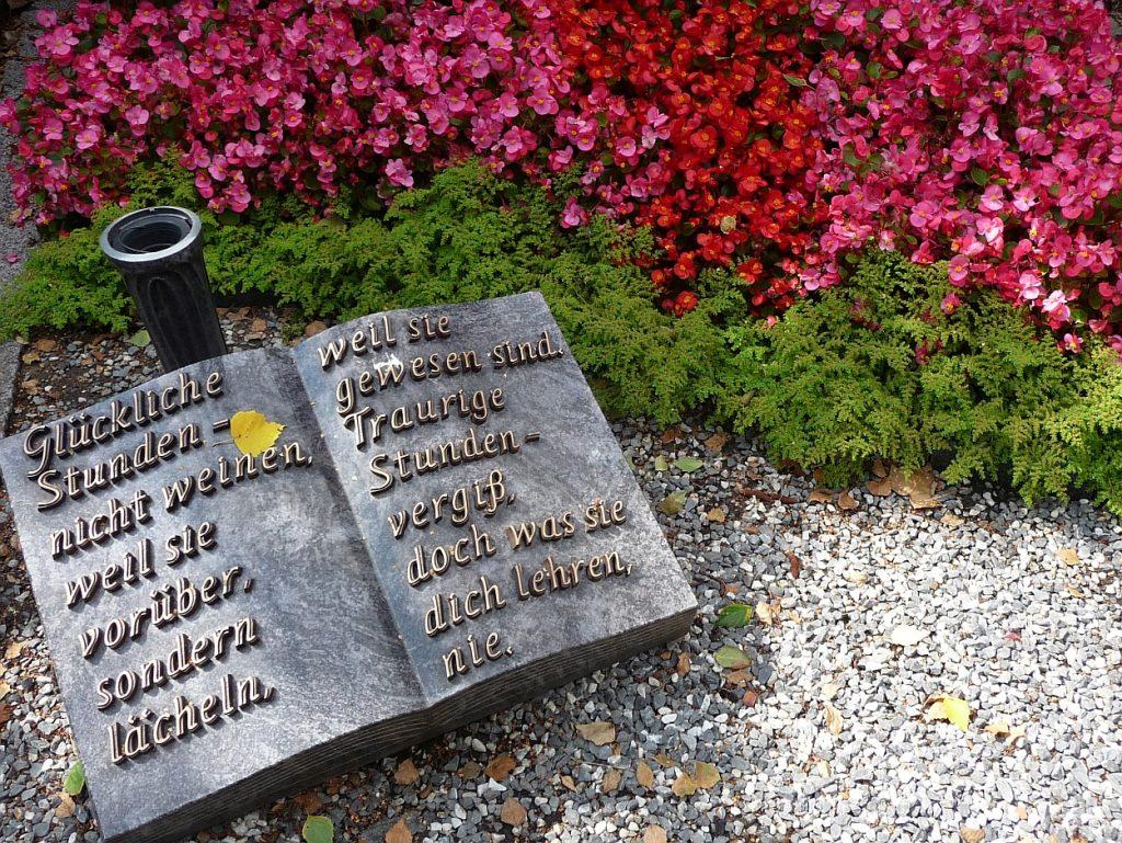 """Grabstein als liegendes aufgeschlagenes Buch: """"Glückliche Stunden..."""""""