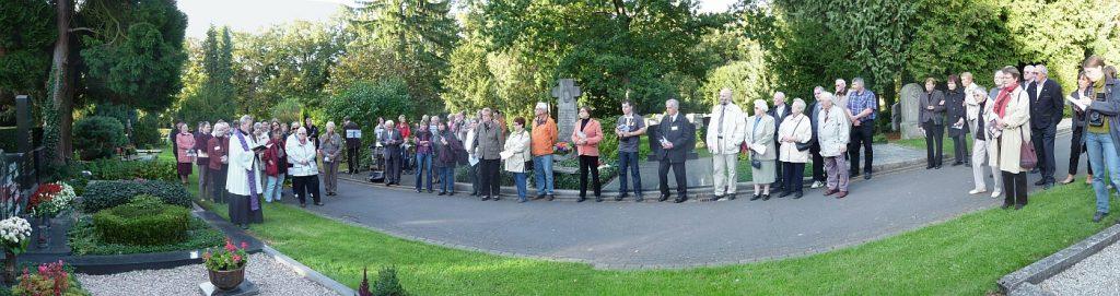 """Panoramabild der Teilnehmer am Gottesdienst unterwegs """"Redende Steine"""""""