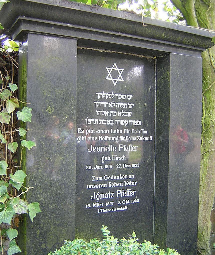Der Davidsstern über einem jüdischen Grabmal mit dem Gedenken an in Theresienstadt umgekommenen Mann