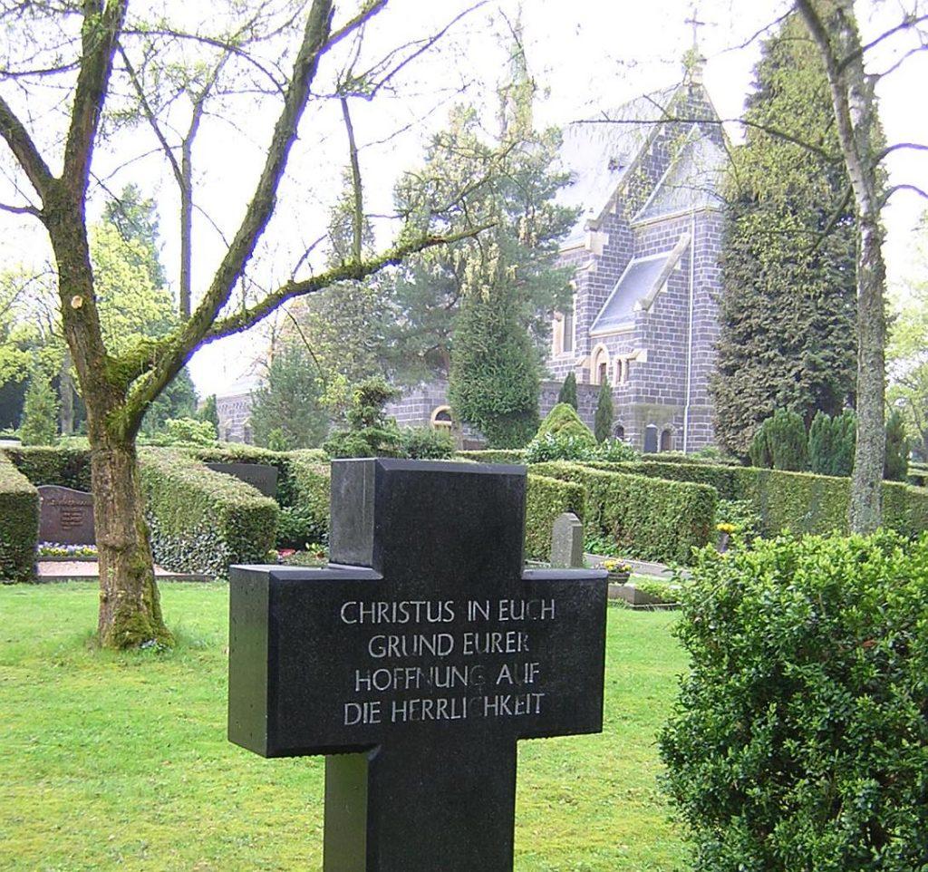 """Grabkreuz mit Inschrift: """"Christus in euch - Grund eurer Hoffnung auf die Herrlichkeit"""""""