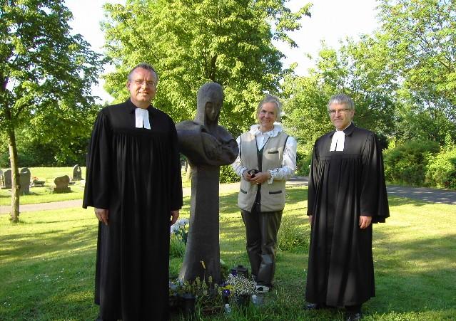 Die Künstlerin Heide Birgitt Theiss, die im Gottesdienst anwesend war, mit den Pfarrern Weißgerber und Schütz