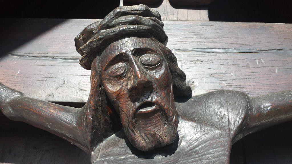 Jesu Gesicht mit geschlossenen Augen, blutend am Kreuz hängend