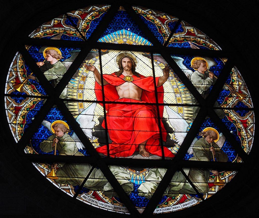 Kirchenfenster: Jesus sitzt inmitten eines Davidssterns, umgeben von Engeln