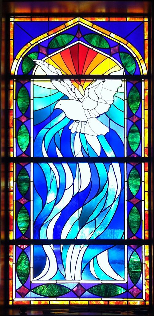 Kirchenfenster mit der Taube des Heiligen Geistes, Flammen darüber und Wasserwellen darunter