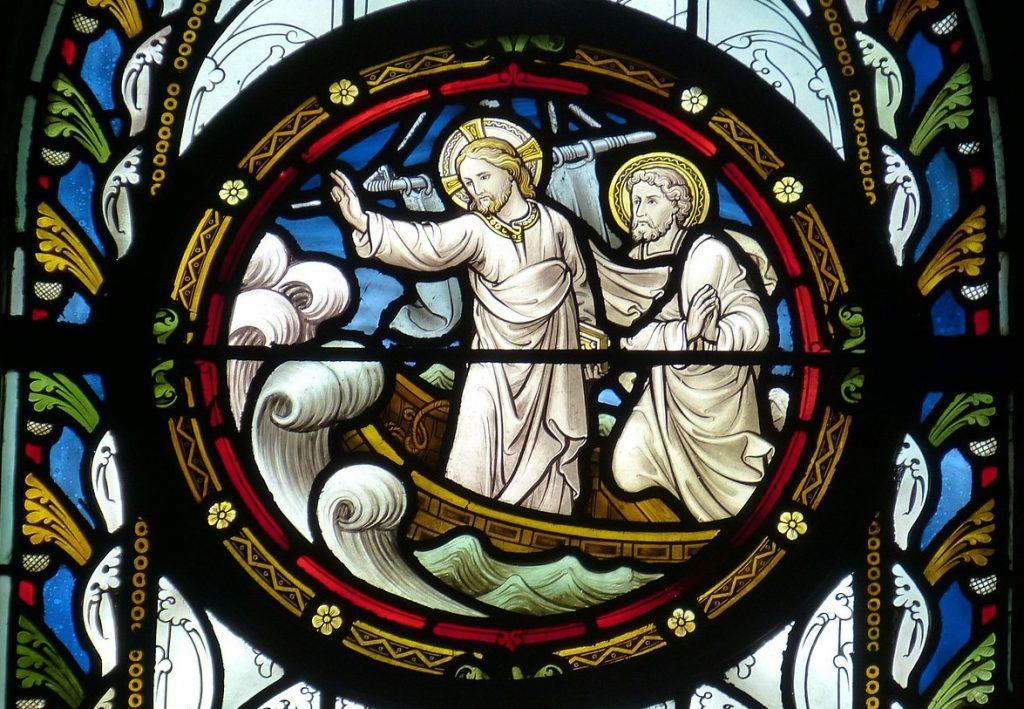 Kirchenfenster mit Jesus im Boot, wie er den Sturm stillt