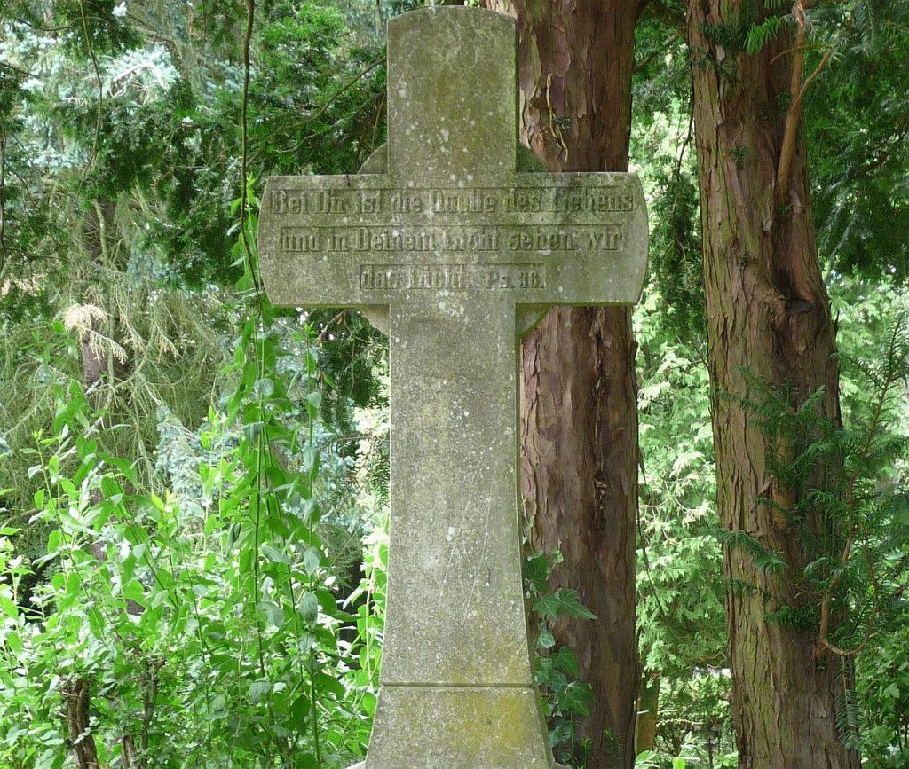 """Ein Steinkreuz mit Wort aus Psalm 36: """"Bei dir ist die Quelle des Lebens..."""""""