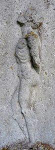 Relief eines Mannes, der in die Luft guckt, auf einem Grabstein