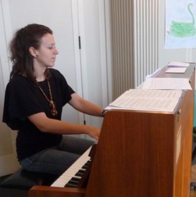 Organistin Grit Laux am Klavier