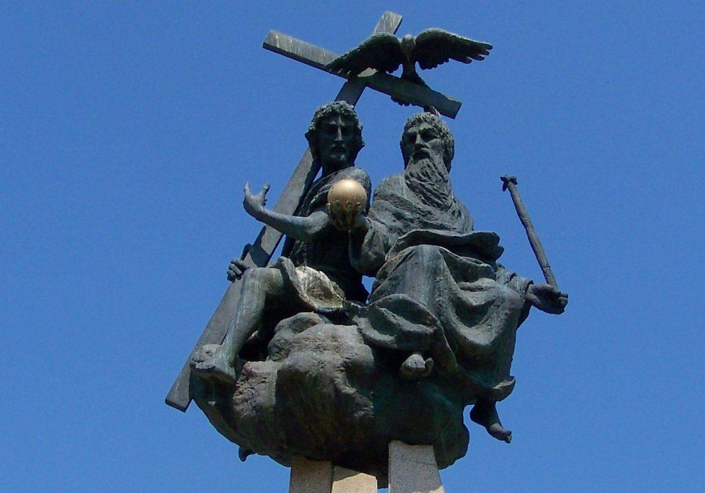 Statue der Heiligen Dreieinigkeit: Gott Vater mit Zepter und goldener Erdkugel, Jesus mit dem Kreuz, darüber die Taube des Geistes
