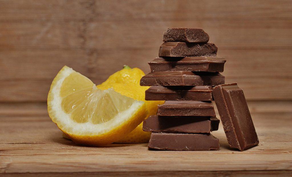 Eine Zitronenscheibe und Schokoladenstückchenstapel