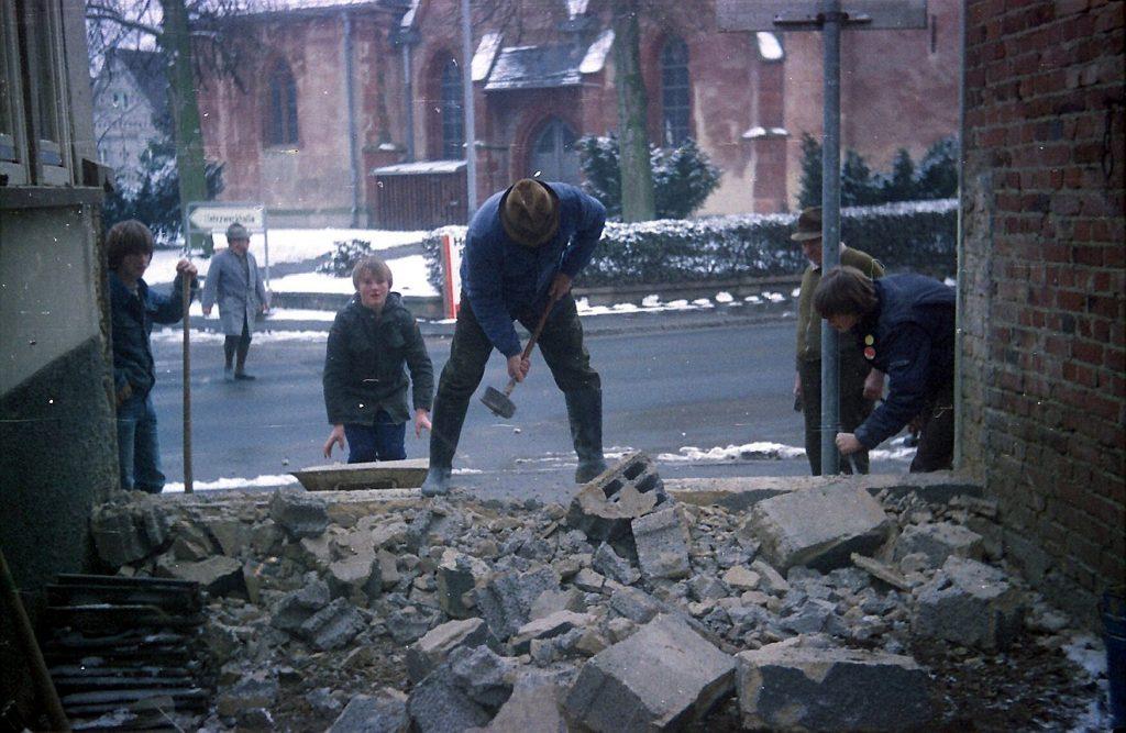 Ehrenamtliche Abrissarbeiten zur Vorbereitung der Erweiterung des Reichelsheimer Gemeindesaals im Jahr 1981