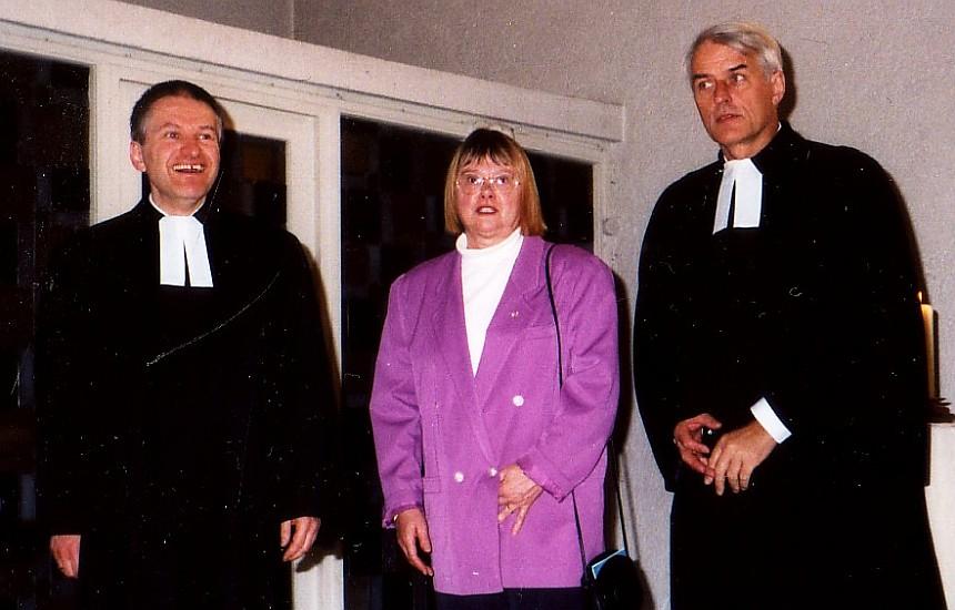 Pfarrer Helmut Schütz mit Kirchenvorsteherin Heidi Fremuth und Dekan Henning Wobbe