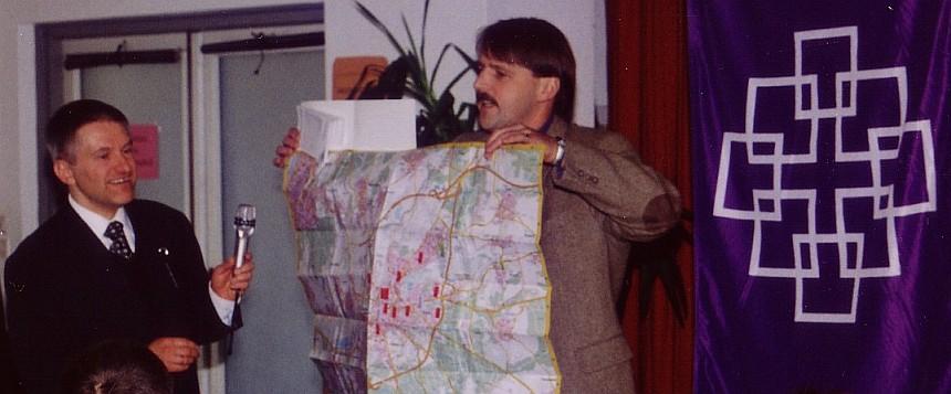 Jugendpfarrer Christian Heimbach überreicht einen Stadtplan von Gießen