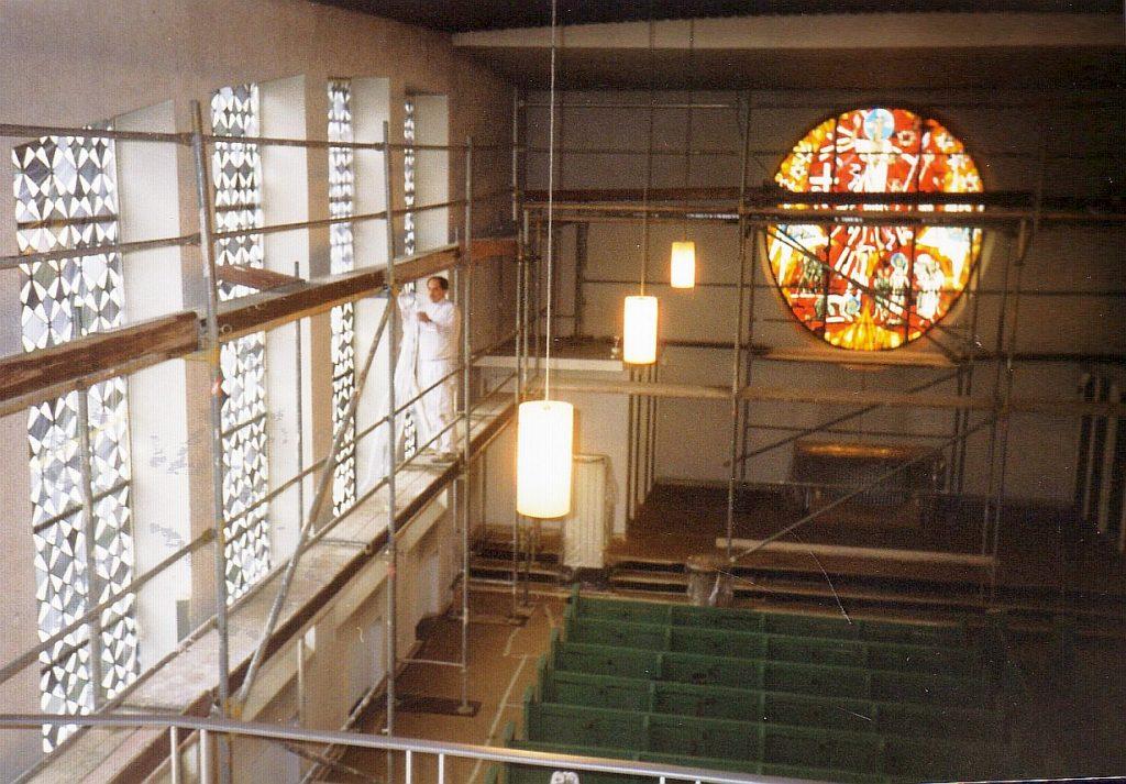 Ein Mitarbeiter beim Innenanstrich der Evangelischen Pauluskirche Gießen im Jahr 2000