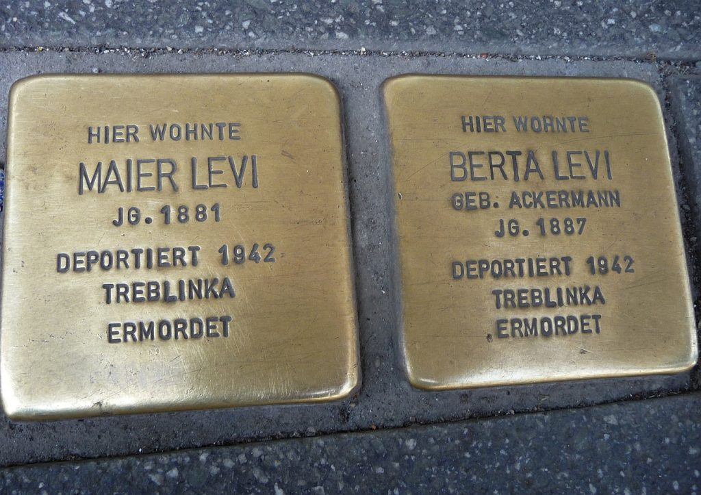 """Stolpersteine in Gießen, aufgenommen am Tag der Aktion """"Gießen bleibt bunt"""", die sich gegen eine NPD-Demonstration richtete"""