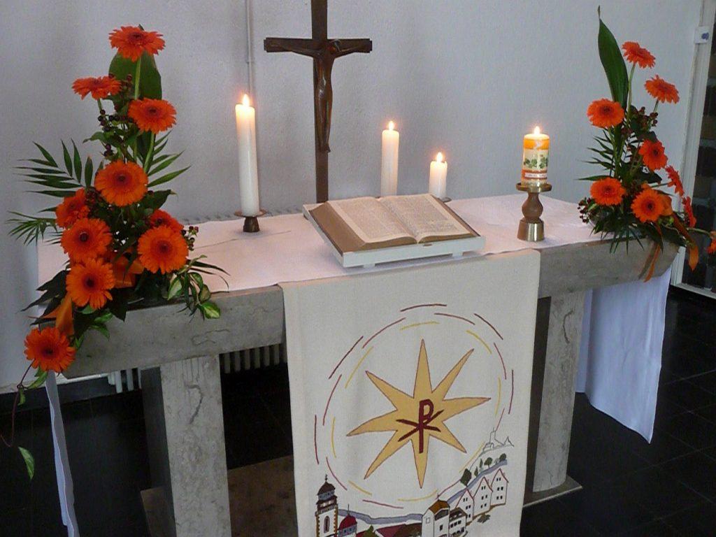Altar der evangelischen Pauluskirche zum Taufgottesdienst mit Taufkerzen