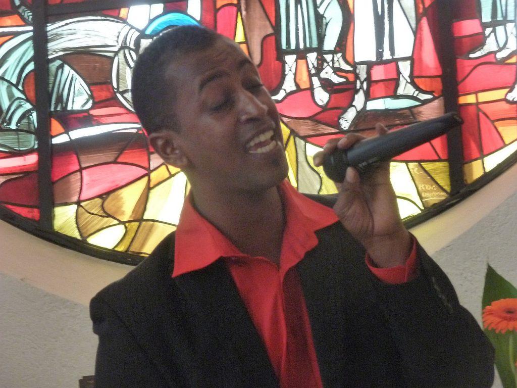Robel Ambaye singt ein Lied zur Taufe seines Sohnes