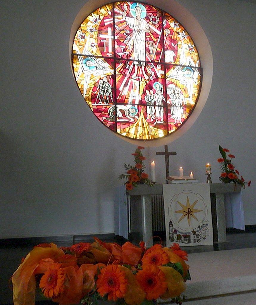 Geschmücktes Taufbecken, Altar und Altarfensterbild der Pauluskirche