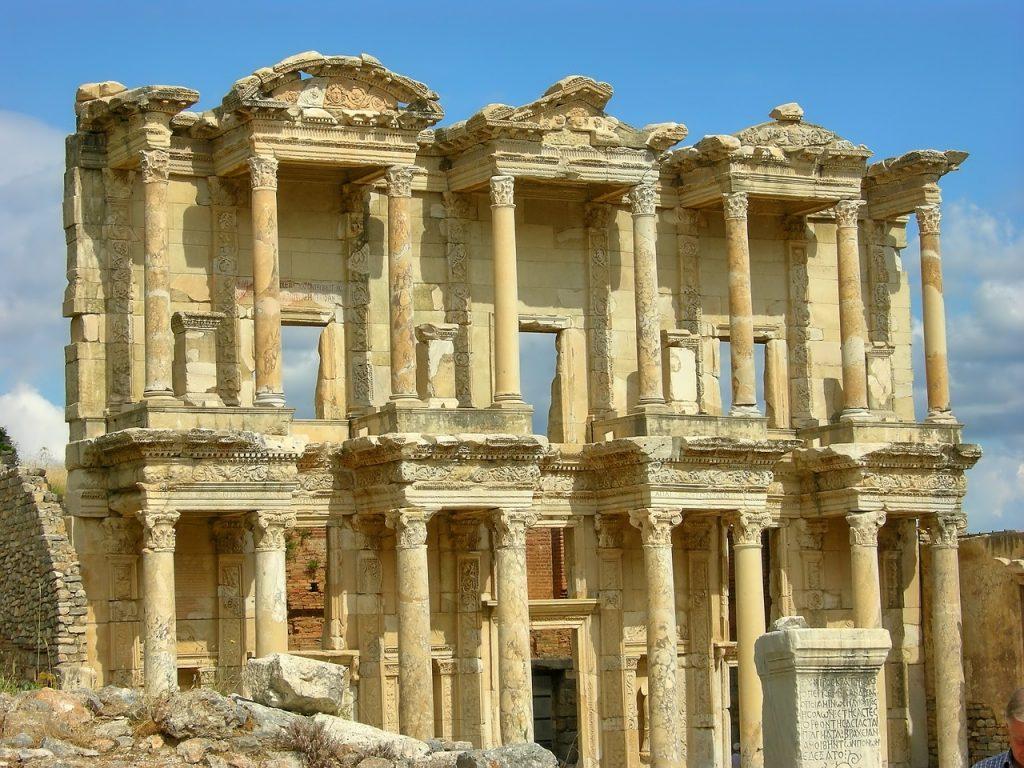 Ruine der Celsus-Bibliothek in Ephesus (nahe der heutigen Stadt Selçuk in der Türkei)