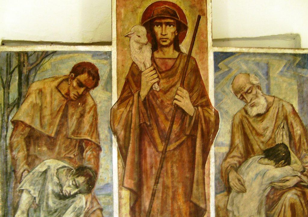 Ein Triptychon mit Jesus, dem Guten Hirten, der ein Schaf auf der Schulter trägt, in der Mitte, rechts und links daneben zwei Männer, die Hilfsbedürftigen, die ihnen anbefohlen sind, unter die Arme greifen bzw. sie trösten