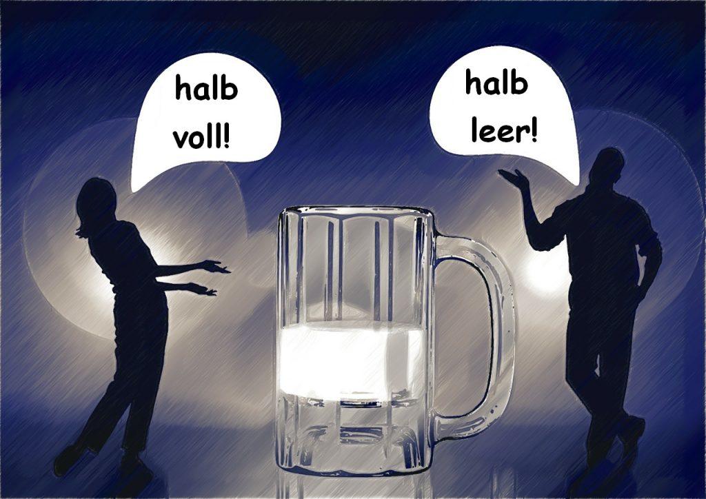 """Die Silhouetten einer Frau und eines Mannes neben einem Glas Milch. Sie sagt """"halb voll!"""", er sagt """"halb leer!"""""""