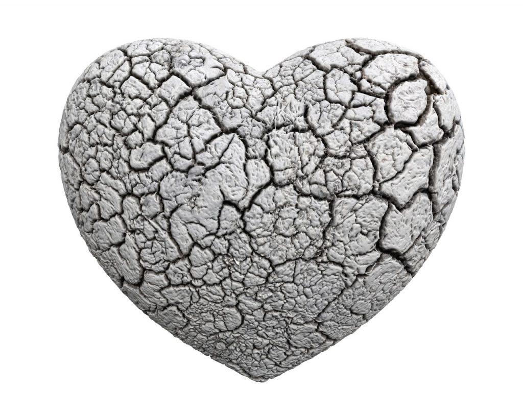 Ein Herz, das aussieht wie aus getrocknetem Lehm, sehr brüchig