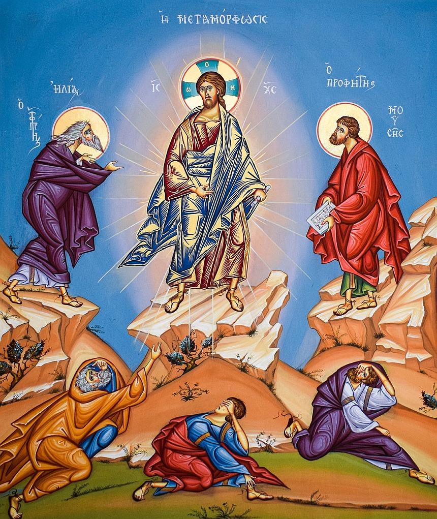Ikone von der Verklärung Christi: Elia, Jesus und Mose auf drei Bergen, Petrus, Johannes und Jakobus vor den Bergen auf den Boden gestürzt