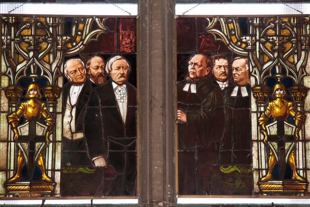 Das so genannte Kaiserfenster im Ulmer Münster - Pastoren und Vertreter des Staates stehen einander gegenüber