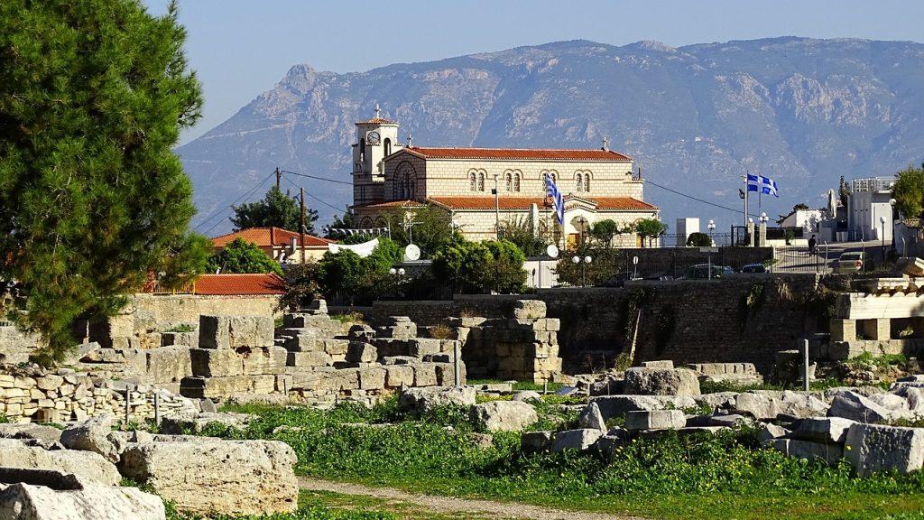 Gebäude und Ruinen in der heutigen Stadt Korinth in Griechenland
